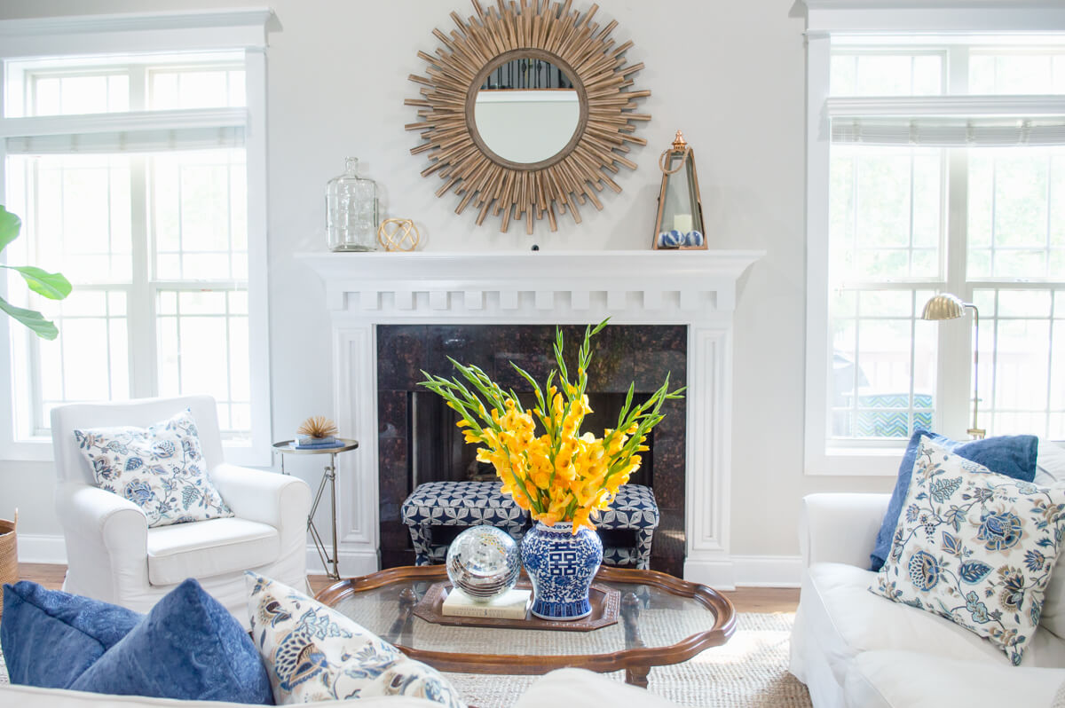 spring decor ideas | living room | sunburst mirror | flowers | thehomeicreate.com