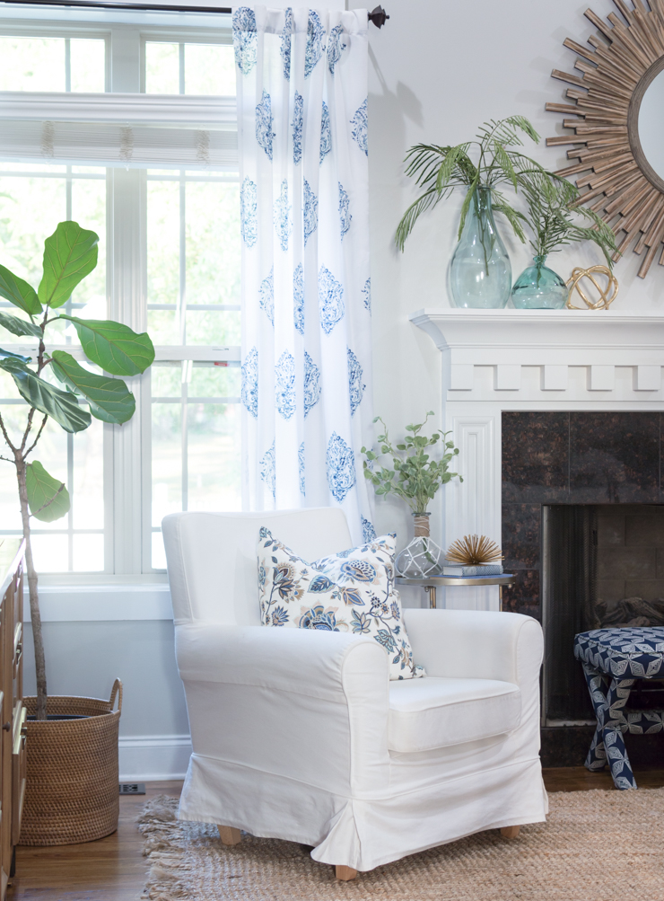 Summer decor in the living room | thehomeicreate.com