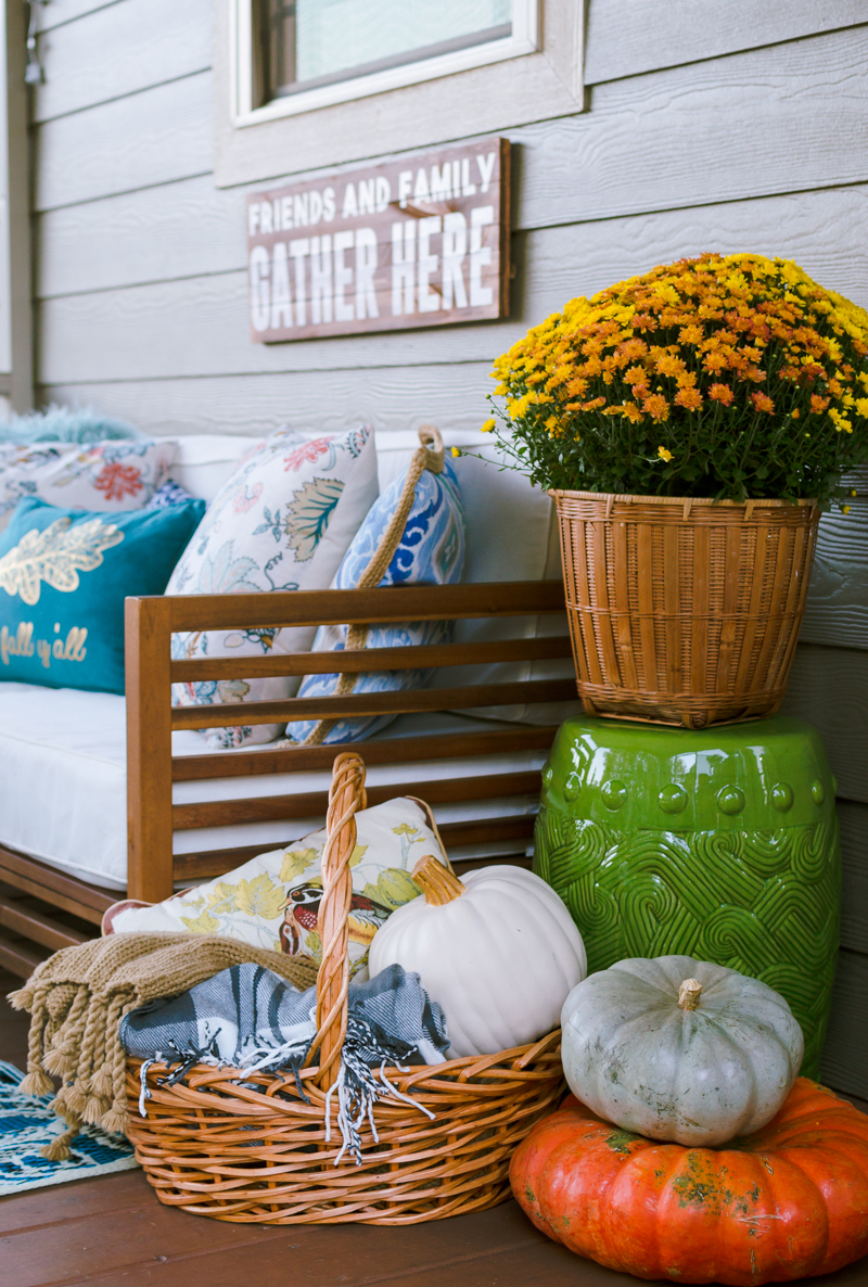 fall-porch-decoations-with-pumpkins