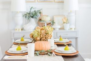 Neutral Thanksgiving Table ideas | theomeicreate.com