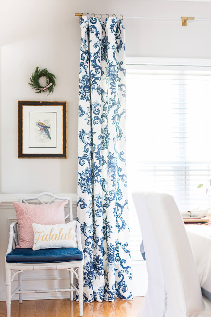 Christmas dining room decor with small wreaths and blue and white floral curtains with lucite curtains rods. #thehomeicreate #blueandwhite #diningroomdecor #christmasdecor