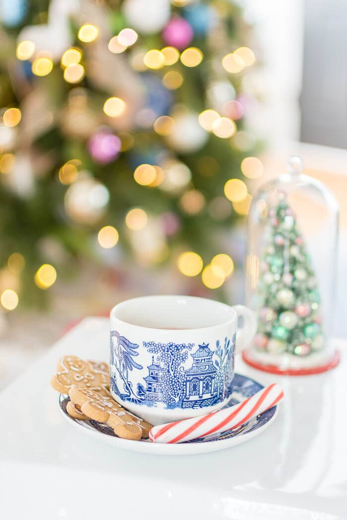 Blue and white willow tea cup #thehomeicreate #livingroomdecor #christmasdecor